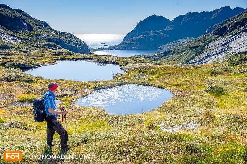 Bergfotografie - Mann als Blickpunkt schaut auf Berglandschaft