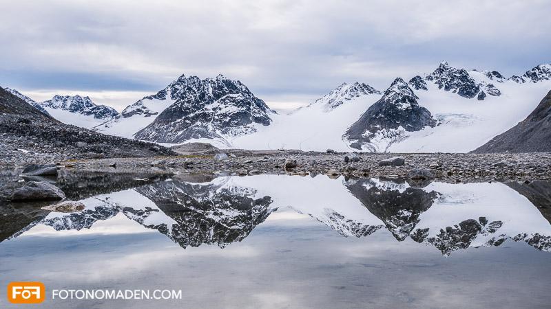 Bergfotografie in Spitzbergen - Spiegelung einer Berggruppe
