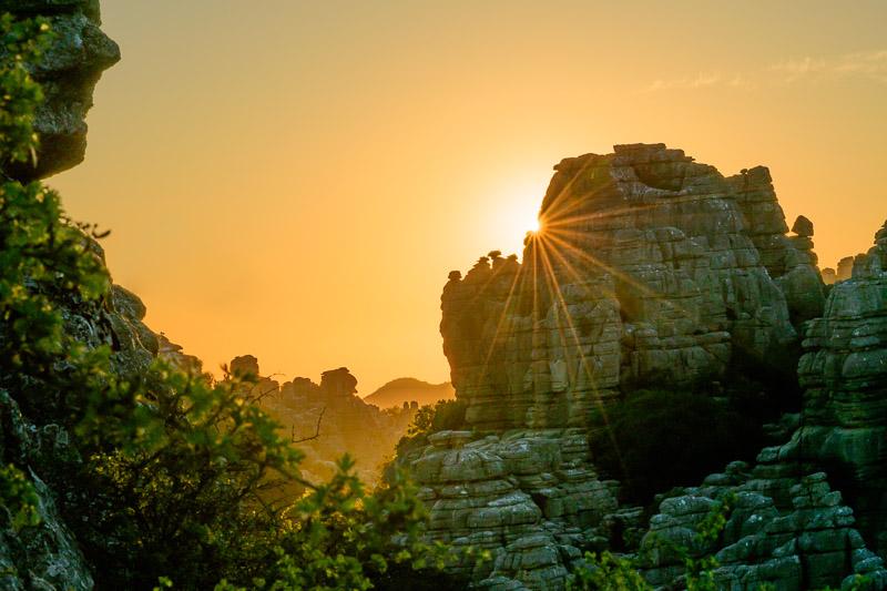 Bildgestaltung im manuellen Modus: Felsformationen im Abendlicht mit Blendenstern