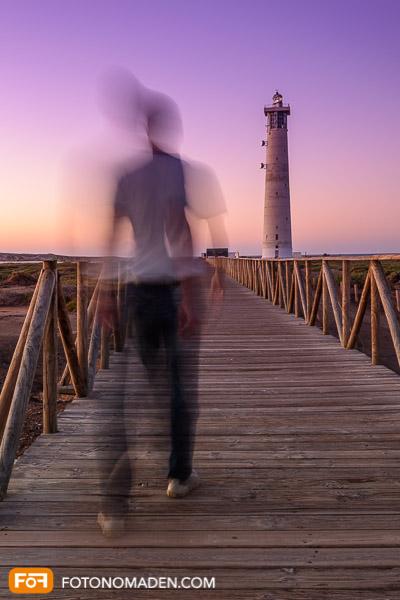 Bildgestaltung im manuellen Modus: Verwischter Mann vor Leuchtturm