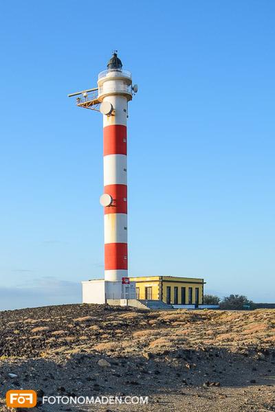 Rot-weißer Leuchtturm aus Augenhöhe fotografiert