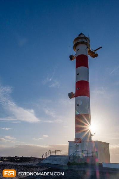 Rot-weißer Leuchtturm mit Blendenstern