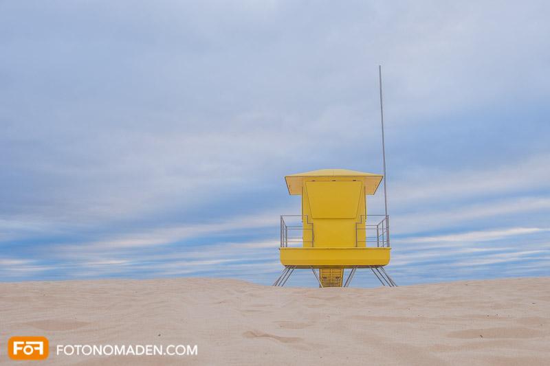 Gelbe Strandhütte vor bewölktem Himmel