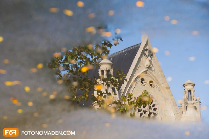 Schöne Herbstbilder: Spiegelung von Kirche mit Herbstblaub