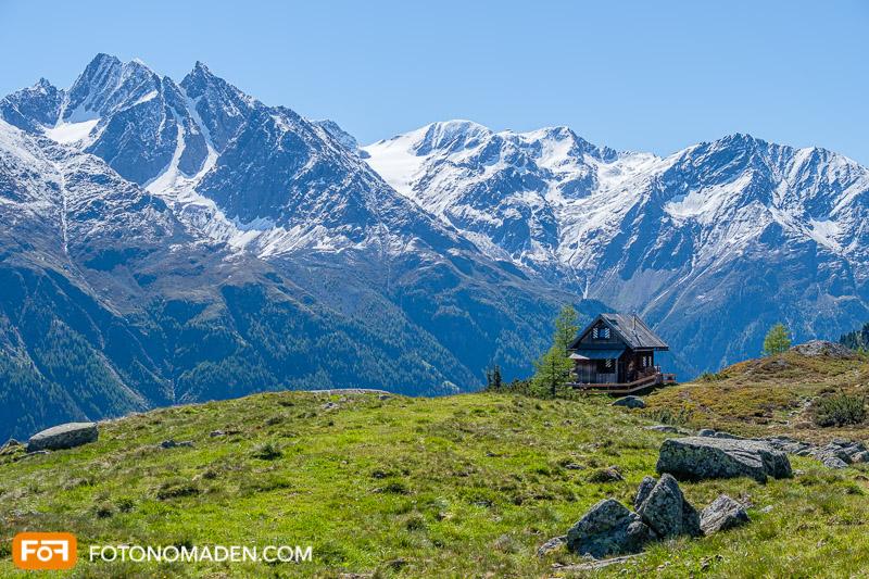 Natur Fotolocation Ötztal - Hütte mit grüner Wiese und Bergpanorama