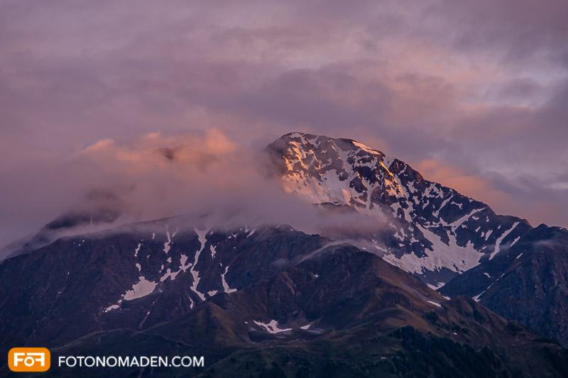 Berg im Abendlicht mit Wolken